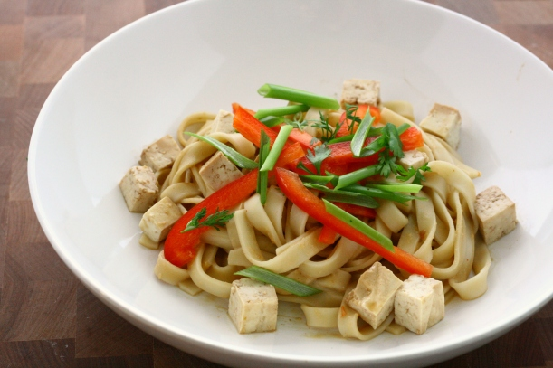 Cold Peanut Noodles with Tofu and Bell Peppers | doughseedough.net